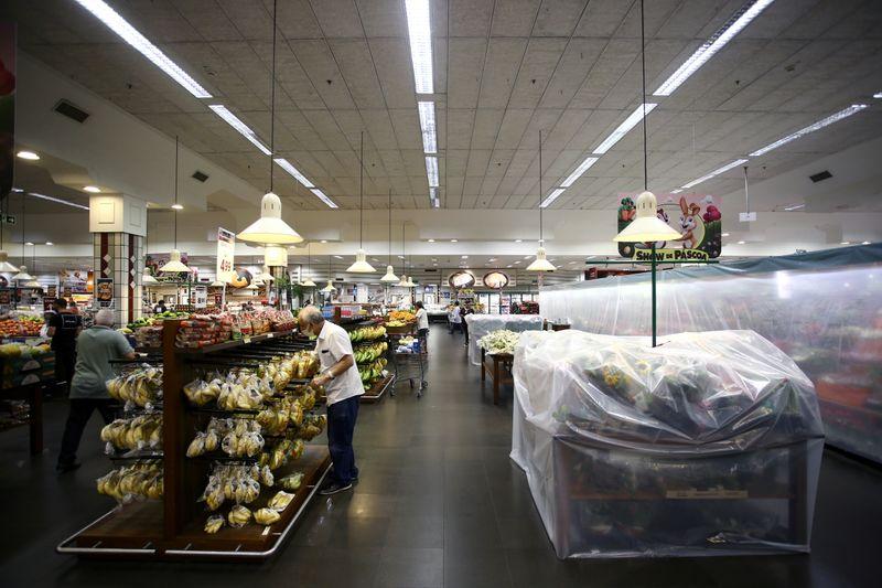 Confianza consumidor EEUU toca mínimo de siete meses; déficit comercial de bienes se amplía