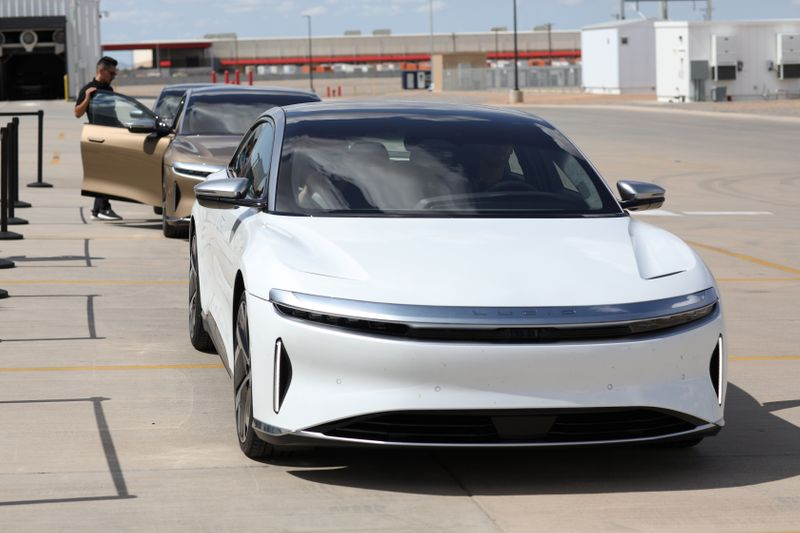 © Reuters. People test drive Dream Edition P and Dream Edition R electric vehicles at the Lucid Motors plant in Casa Grande, Arizona, U.S. September 28, 2021.  REUTERS/Caitlin O'Hara