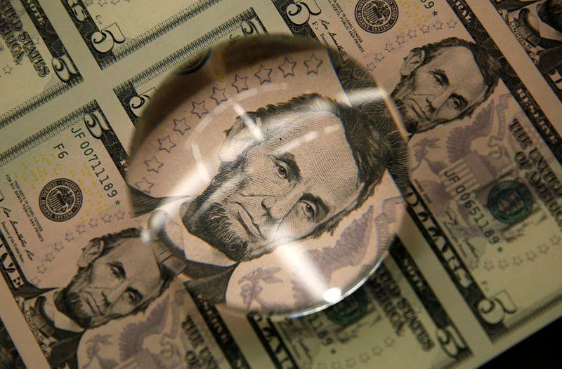 Dólar esboça ajuste após 7 dias de alta; fiscal segue no radar