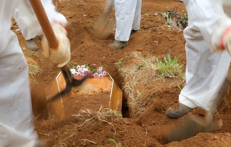 Brasil registra mais 451 mortes por Covid e total vai a 599.810