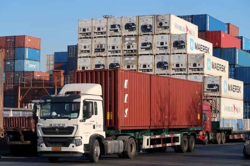 © Reuters. FILE PHOTO: Một công nhân lái xe tải chở container tại một trung tâm hậu cần gần cảng Thiên Tân, ở Thiên Tân, Trung Quốc ngày 12 tháng 12 năm 2019. REUTERS / Yilei Sun / File Photo