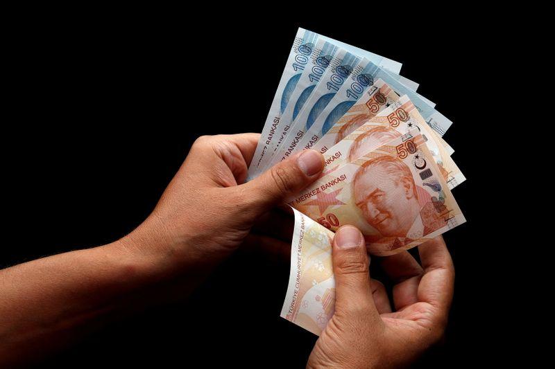 Лира упала до нового исторического минимума, акции, валюты ЕМ вялы перед данными об инфляции США