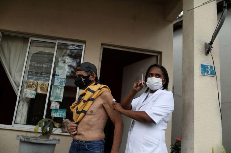 Brasil ajudará vizinhos após terminar vacinação interna em 2 meses, diz Guedes