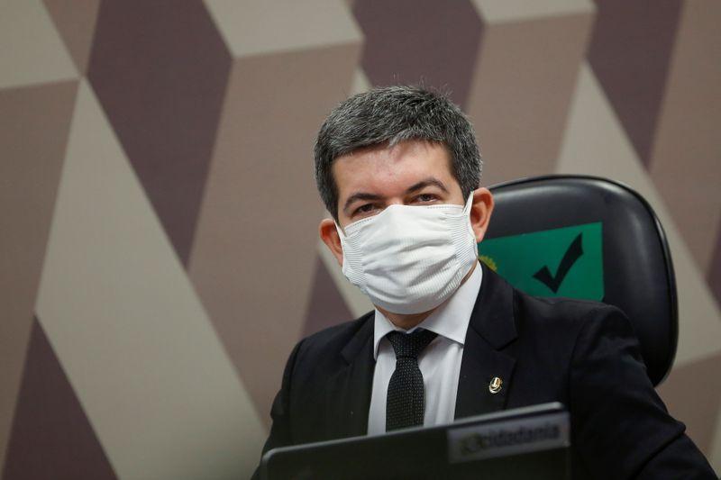 Randolfe diz que chamar governadores é diversionismo e pede convocação de Bolsonaro na CPI