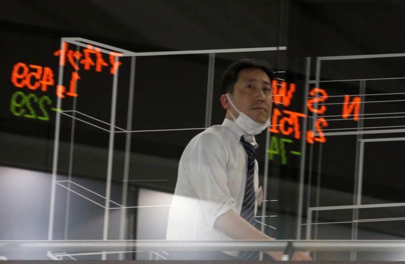 Borsa Tokyo, in calo su prese profitto, timori pandemia