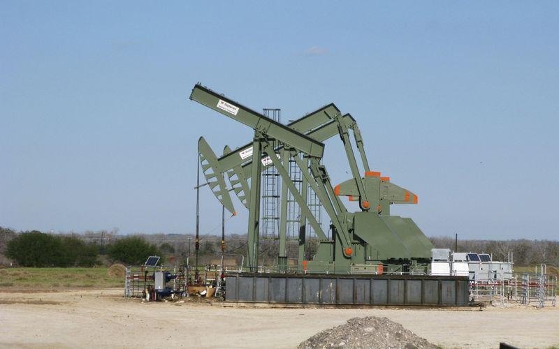 Нефть движется к $70 на фоне улучшения перспектив спроса