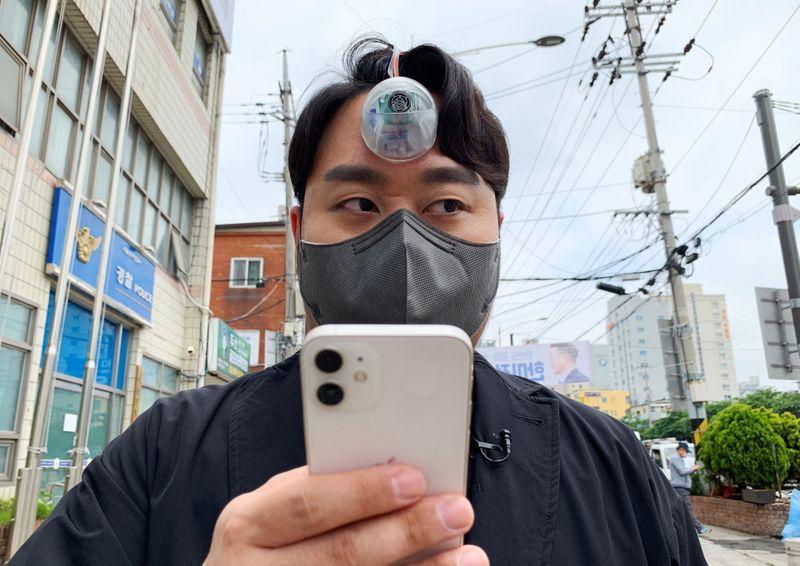 S.Korean designer creates 'Third Eye' for 'smartphone zombies'