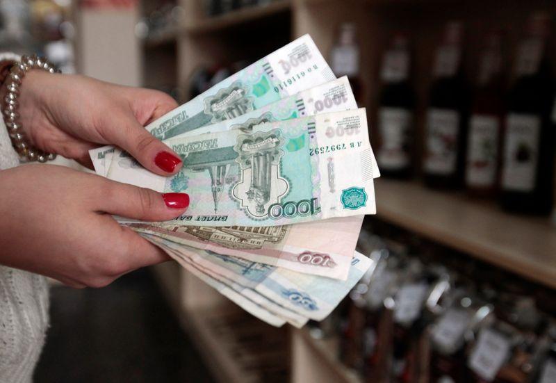 Рубль протестировал 72 р/$ впервые с июля 20г в ожидании роста ставки ЦБР на 50 б.п