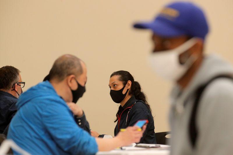 Pedidos semanais de seguro-desemprego nos EUA caem; preços ao consumidor sobem mais que o esperado