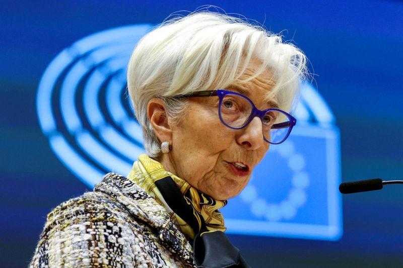 Inflação na zona do euro deve subir mais no 2º semestre e então cair, diz Lagarde