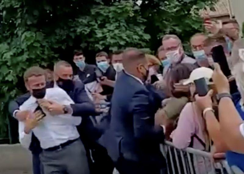 Corte francesa condena homem que deu tapa em Macron a 4 meses de prisão