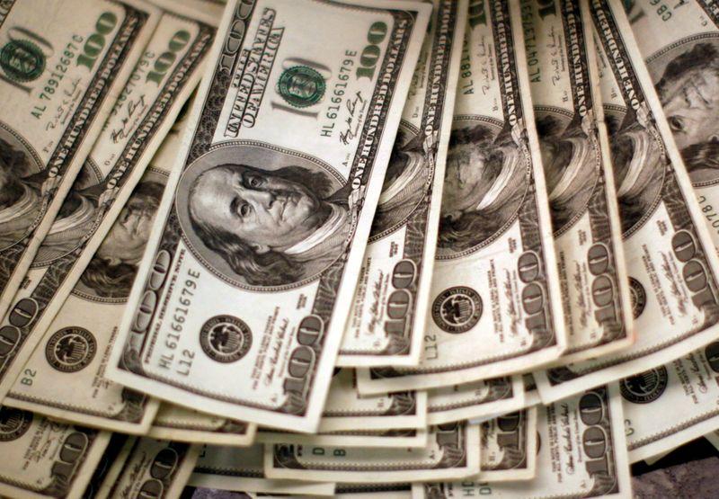 Dólar baja tras datos de inflación y antes de reunión de la Fed