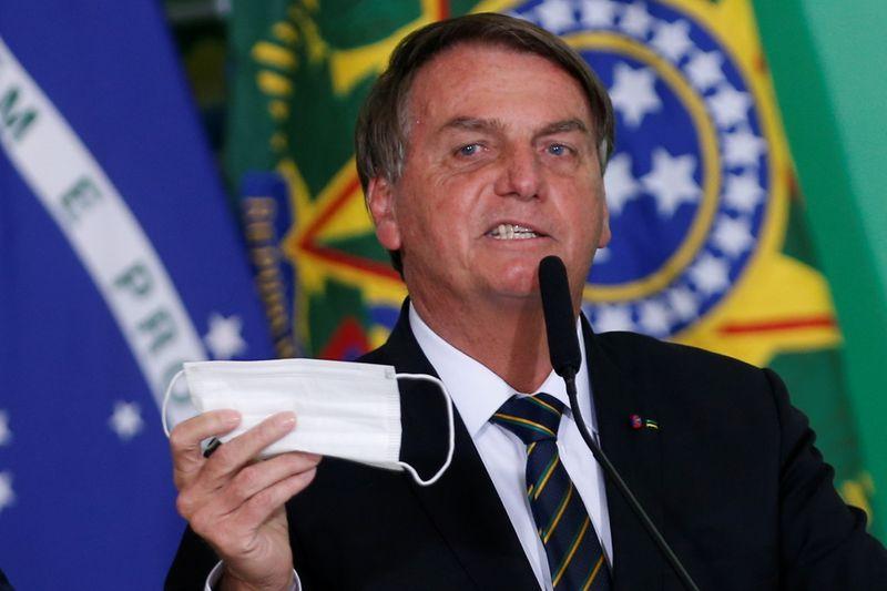 Brasil planea permitir que las personas vacunadas no usen mascarillas, dice Bolsonaro