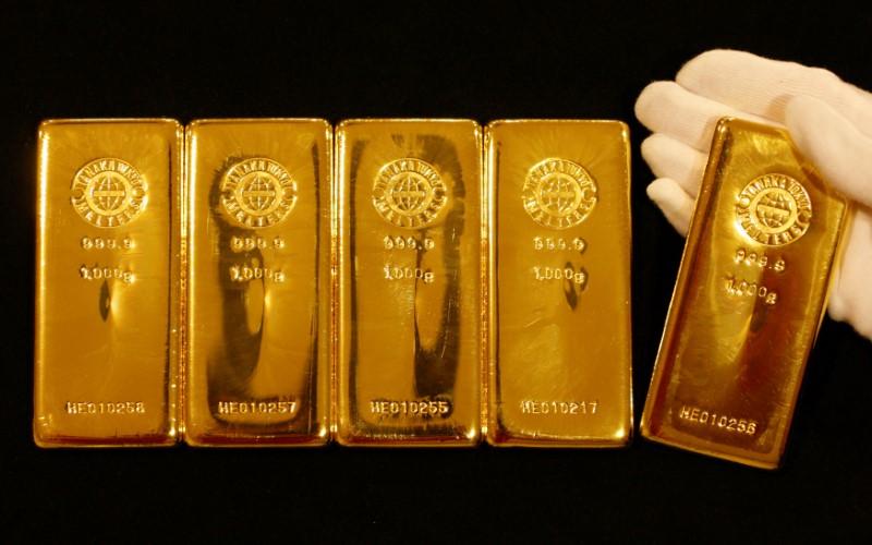 Oro baja por fortaleza de dólar y apuestas a inflación