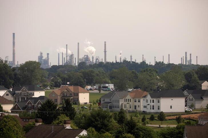EXCLUSIVA-Biden considera dar alivio a refinerías de las leyes de biocombustibles de EEUU: fuentes