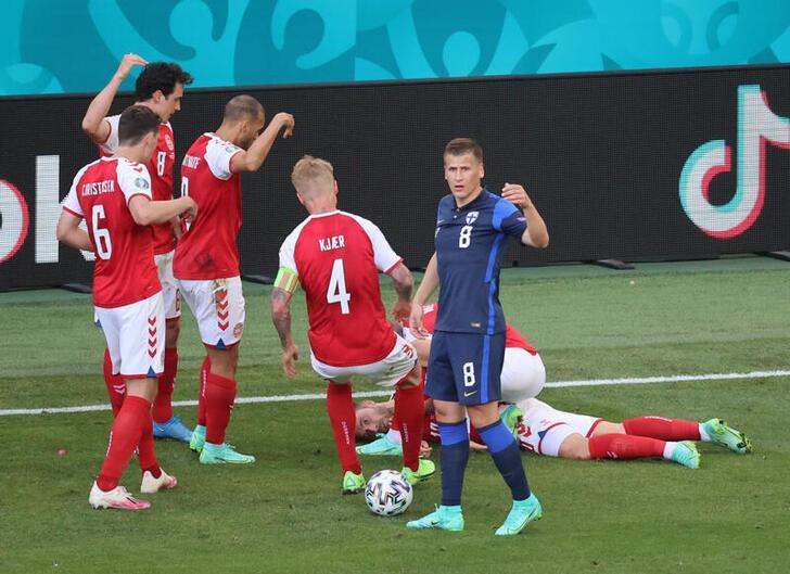 Jogador da Dinamarca se recupera após síncope durante jogo da Euro 2020
