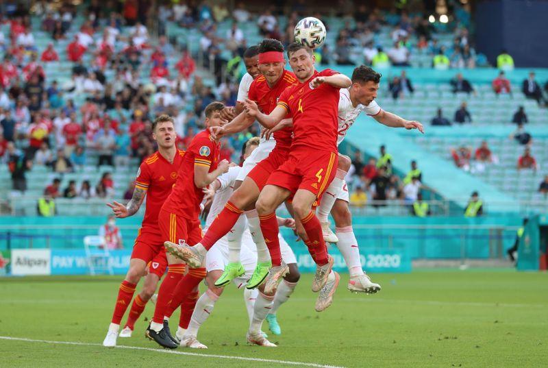 Moore marca de cabeça e arranca um ponto para Gales contra a Suíça