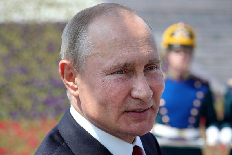 Путин говорит, что не приказывал убивать Навального