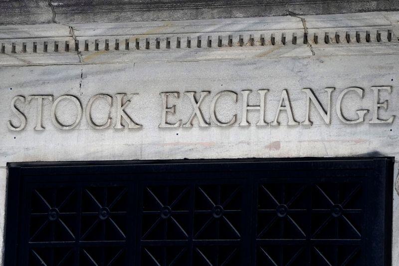Wall Street cae mientras inversores nerviosos aguardan los comentarios de la Fed