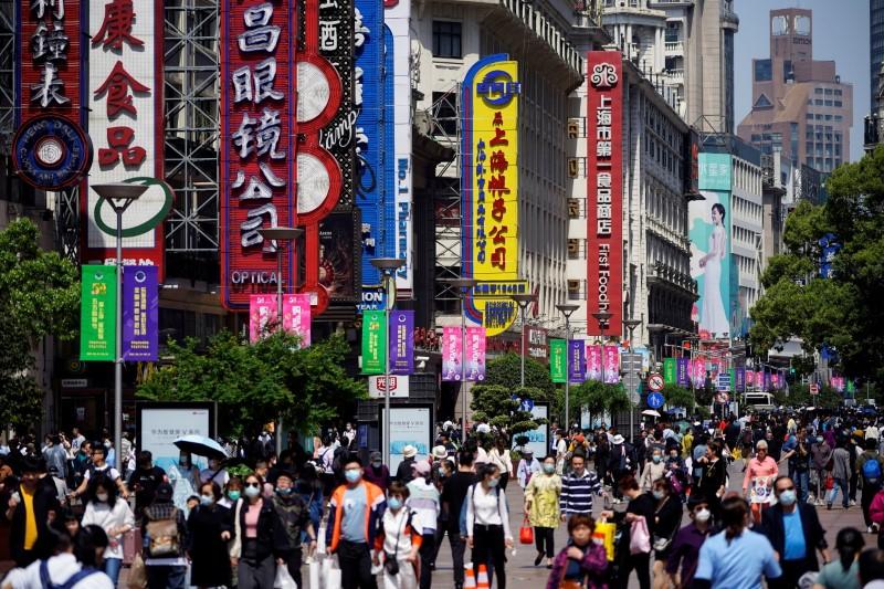 La producción industrial de China sube un 8,8% y las ventas minoristas un 12,4%, por debajo de las previsiones