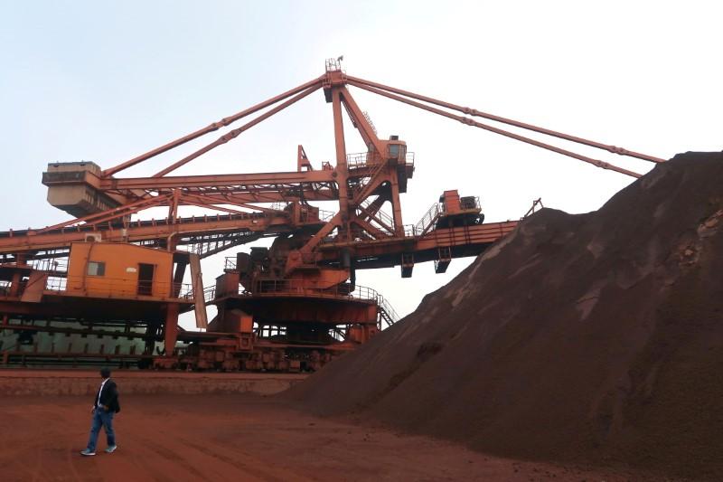 Minério de ferro recua na China diante de aumento de oferta por produtores