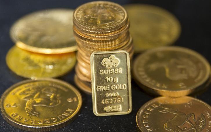 Oro cae 1% tras proyecciones de la Fed de primera alza de tasas en 2023