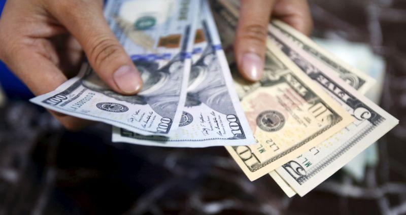 Dólar cae tras últimos comentarios de la Fed; el bitcóin se hunde