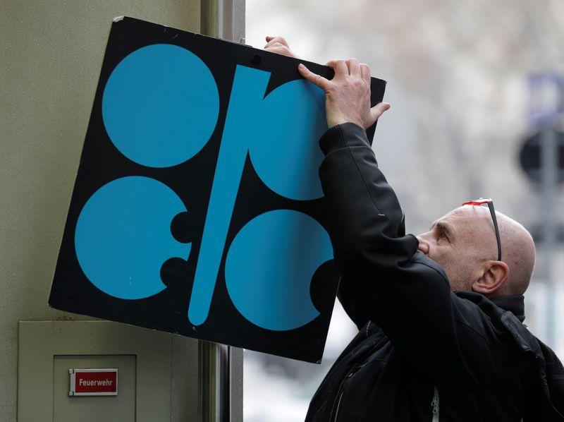 ОПЕК+ обсудит продление ограничительной сделки после апреля 2022г -- источники