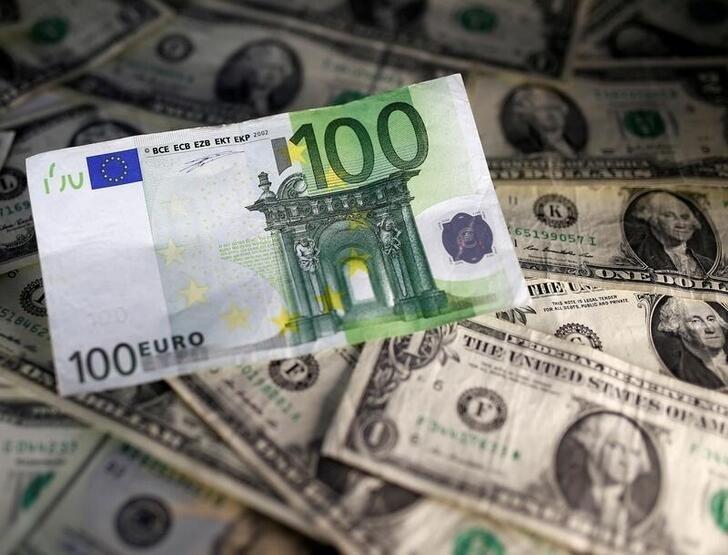 FOREX-Dólar sube mientras inversores esperan señales de la Reserva Federal de EEUU