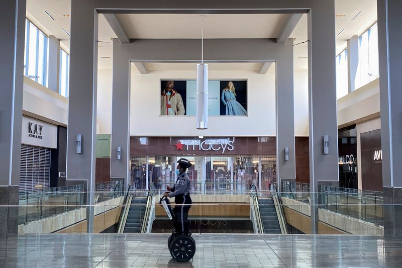 U.S. retailers shun indoor malls, shift to open-air centers